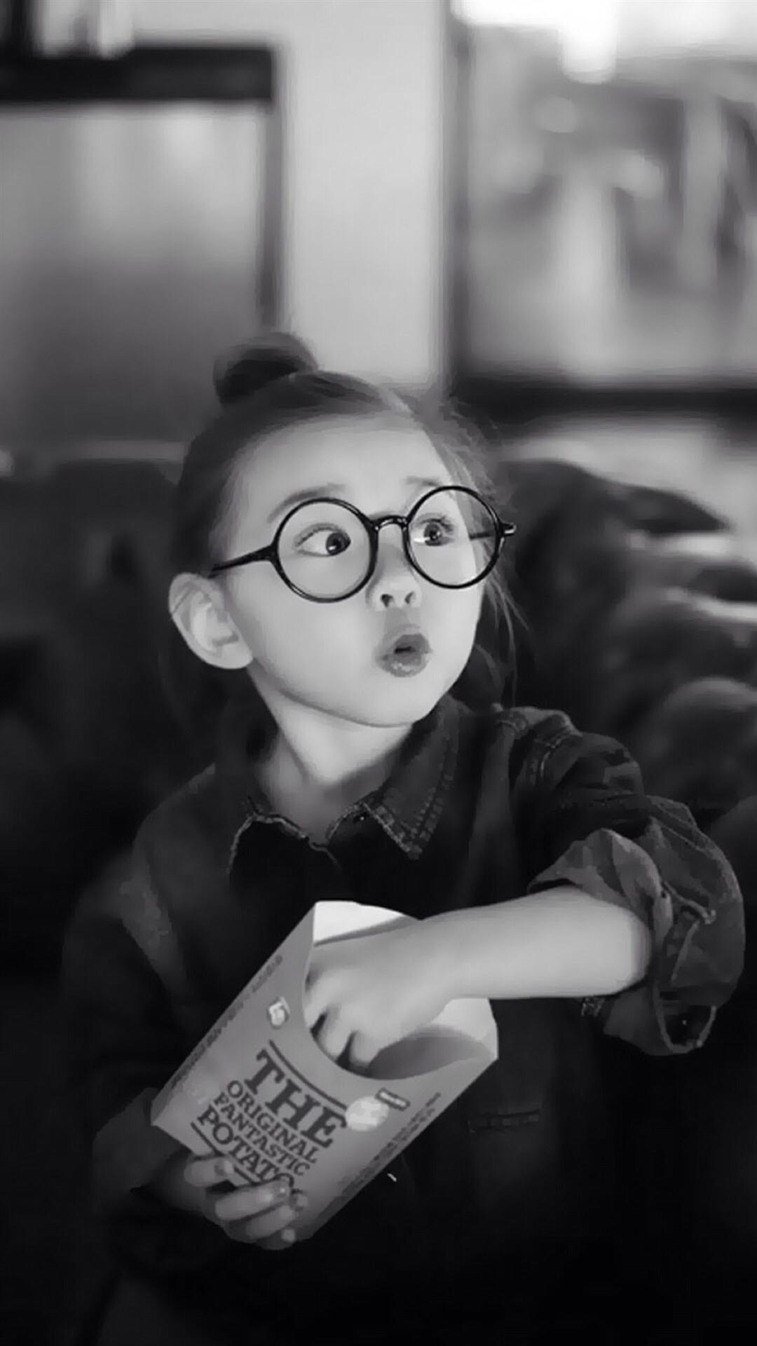 电脑上wap网:萌娃 黑白 爱 女孩 眼镜 苹果手机高清壁纸 1080x1920
