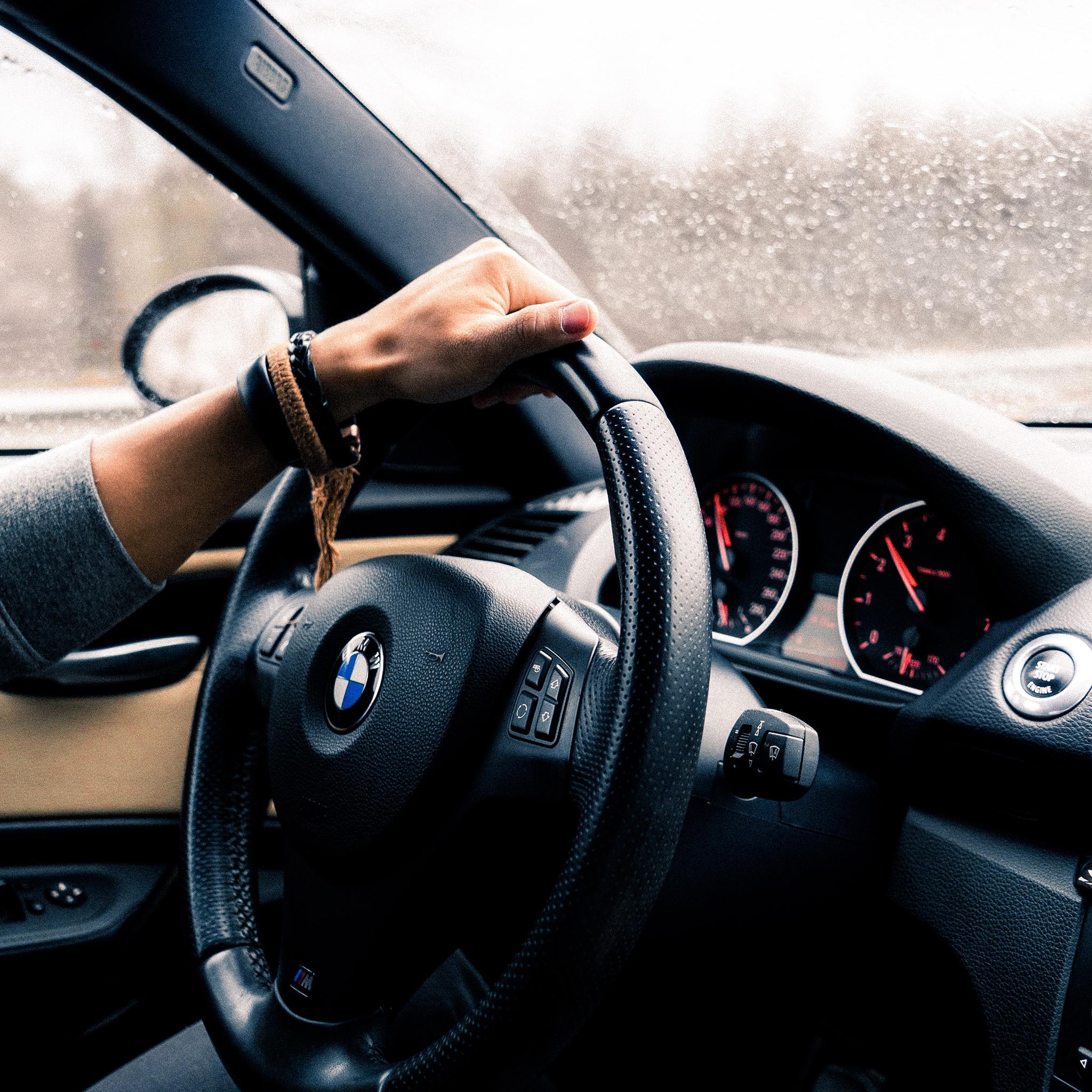电脑上wap网:宝马 内饰 汽车 方向盘 驾驶 男性 苹果手机高清壁纸