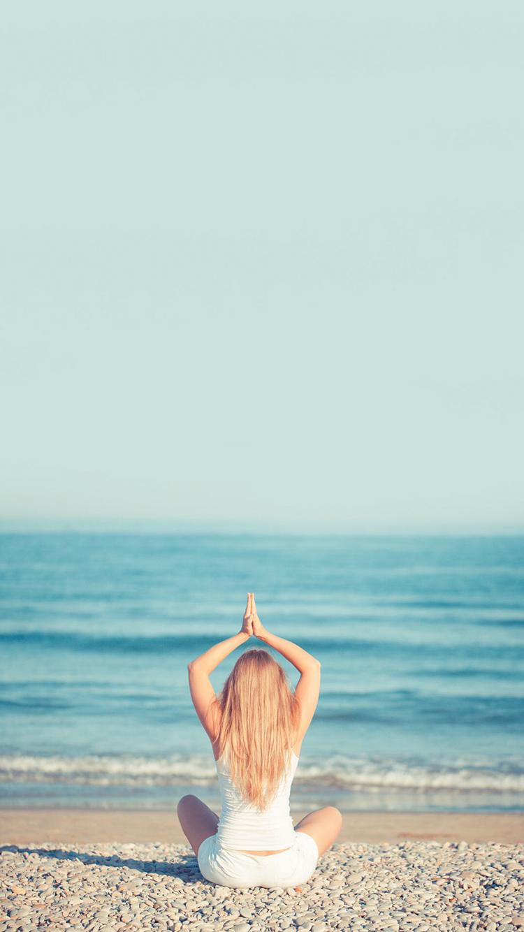 海岸 沙滩 女子背影 海浪 苹果手机高清壁纸 750x1334
