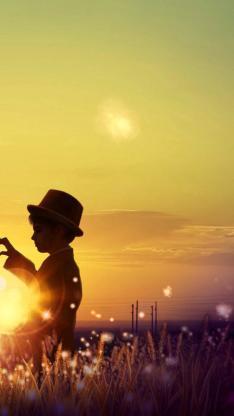 男孩 草地 天空 夕阳