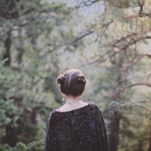 森系拍摄风格 扎哪吒头的美女背影