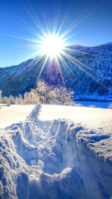 阳光下的唯美山川雪景