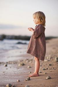 碎花裙 海滩 小女孩 彩色