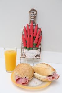 面包培根 火腿 果汁装饰 早餐