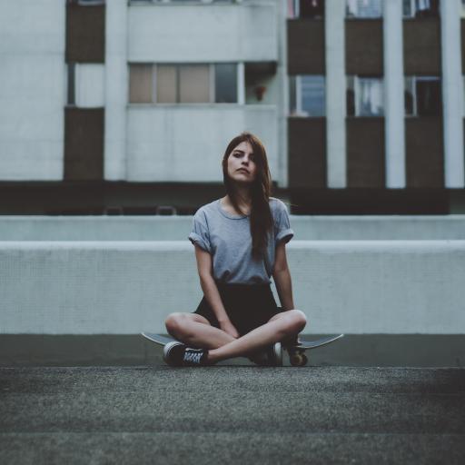 背景建筑物建筑 坐着女人地上