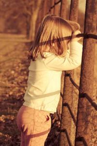 黄昏 小女孩 围栏 金发 欧美