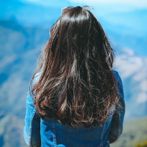 背影 长发 远眺山川 蓝天