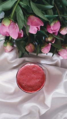 红色果汁 粉色鲜花