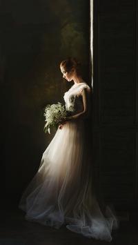 手拿捧花的婚纱女孩
