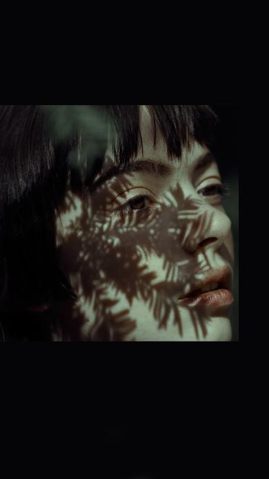 欧美美女 写真 个性 树叶倒影