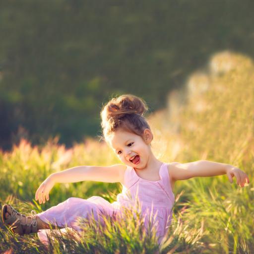 外国小萌娃 女孩 粉色裙子 草地玩耍