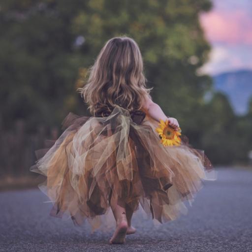 长发小女孩背影 公主裙 手拿向日葵