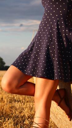 丰收后的稻田 金黄 穿波点裙的美女