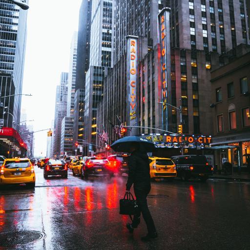 雨 城市 街道 建筑 行人 车辆