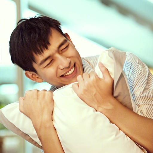 李现 演员 明星 艺人 枕头 床 写真