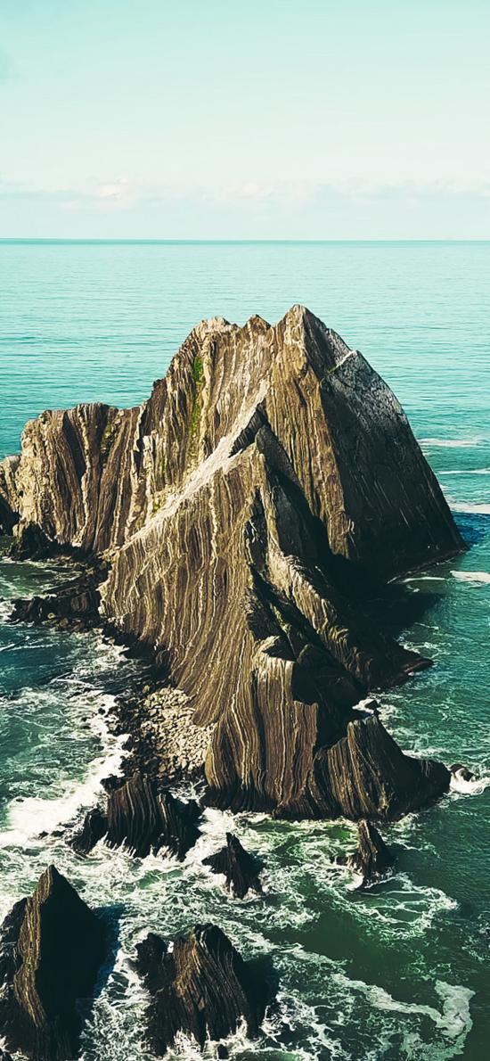 海岸边 礁石 孤岛 海水 海浪