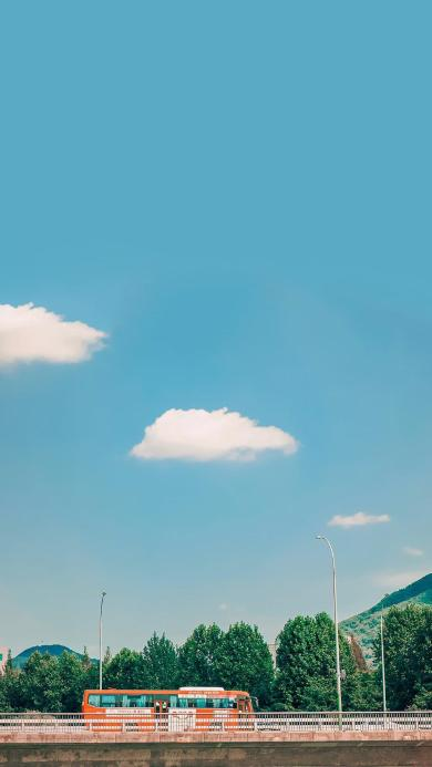 巴士 行驶 城市 马路 蓝天白云 文艺 小清新