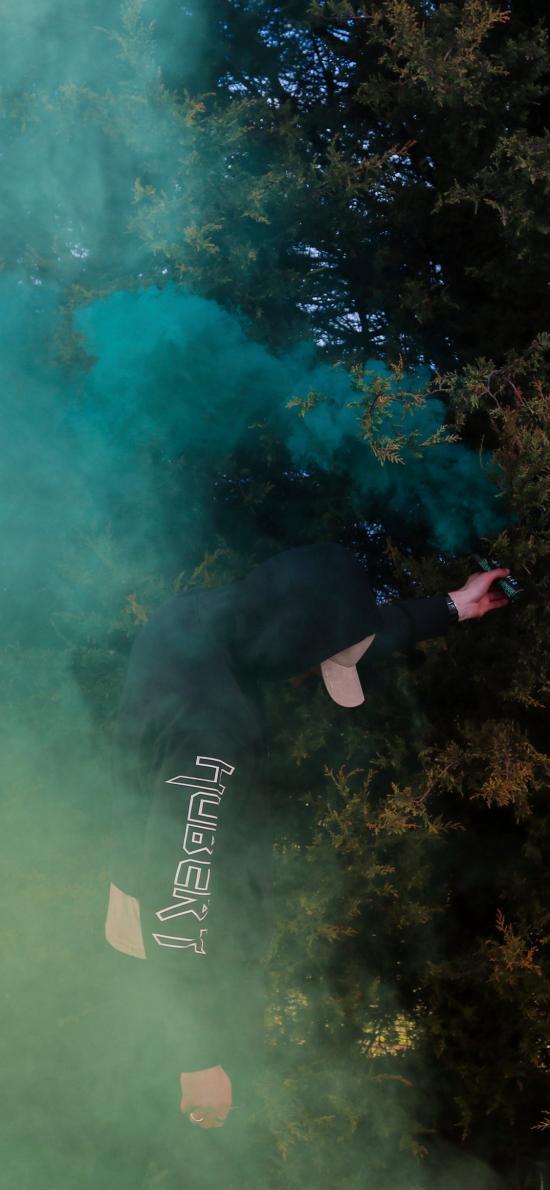 烟雾弹 男孩 信号 迷雾 树林