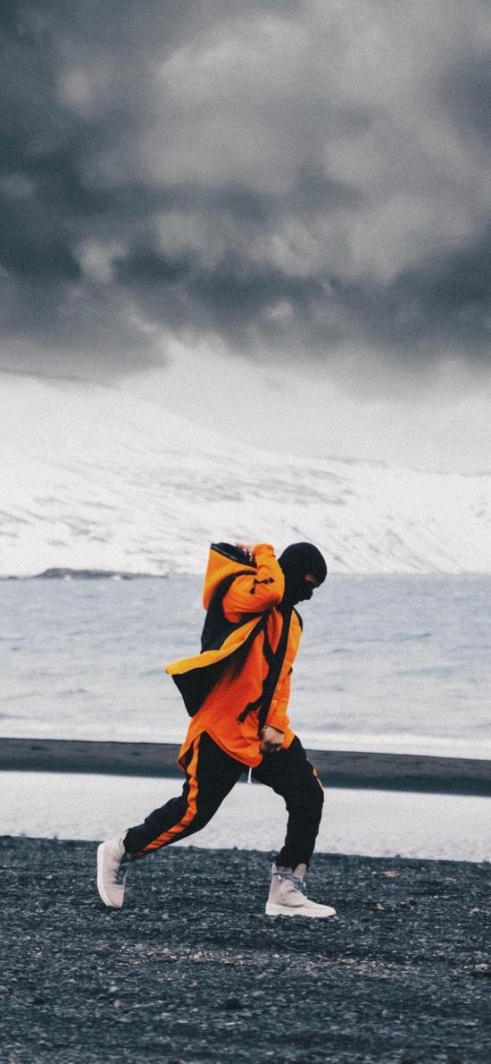 型男 雪地 写真 跨步