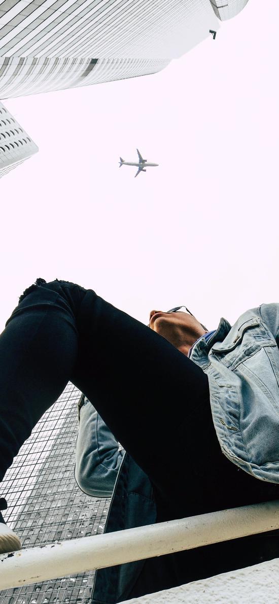 飞机 男孩 城市 建筑 高楼大厦 抬头