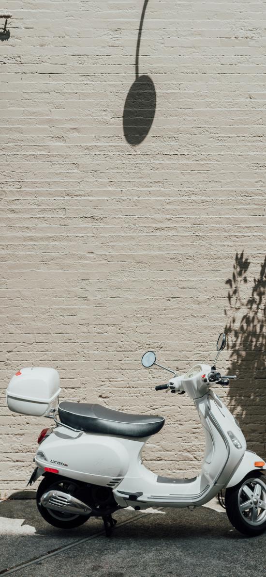 摩托车 小绵羊 停靠 墙面