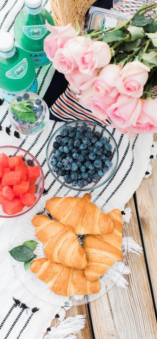 野餐 牛角包 西瓜 蓝莓 花束