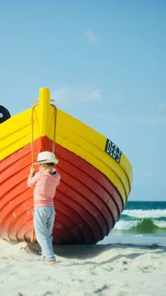 小孩 船只 海岸 沙滩