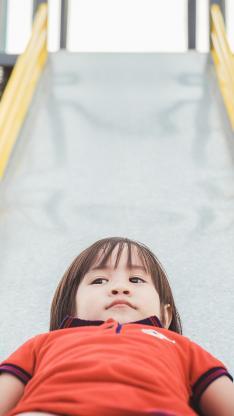 小萌娃 男孩 玩滑梯