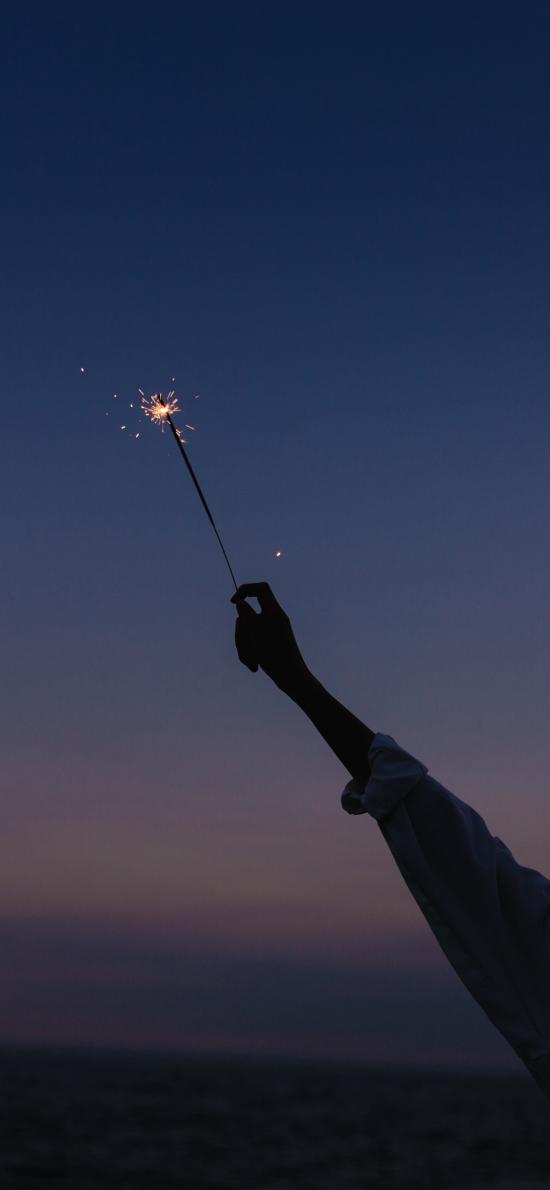 烟花棒 手 燃烧 星火 燃放 发光(取自微博@爱拍照的tan克)