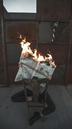 燃烧 火焰 报纸 男子 行为艺术