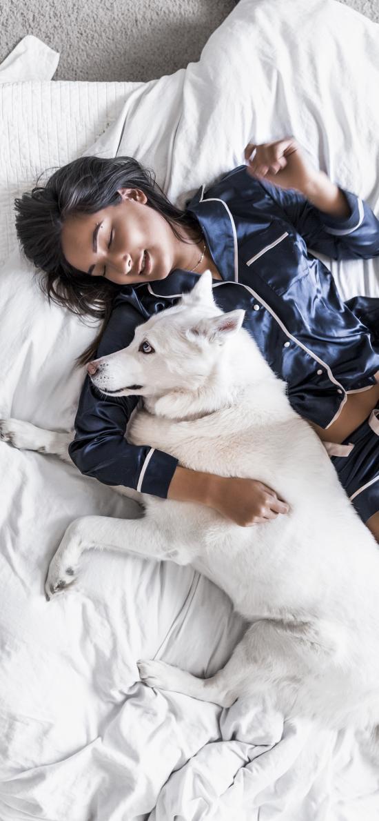 美女 睡觉 宠物狗 哈士奇