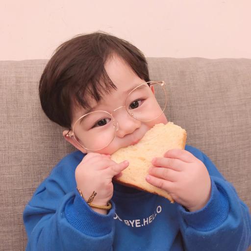 李浠晗 小男孩 可爱 萌 面包片 吃
