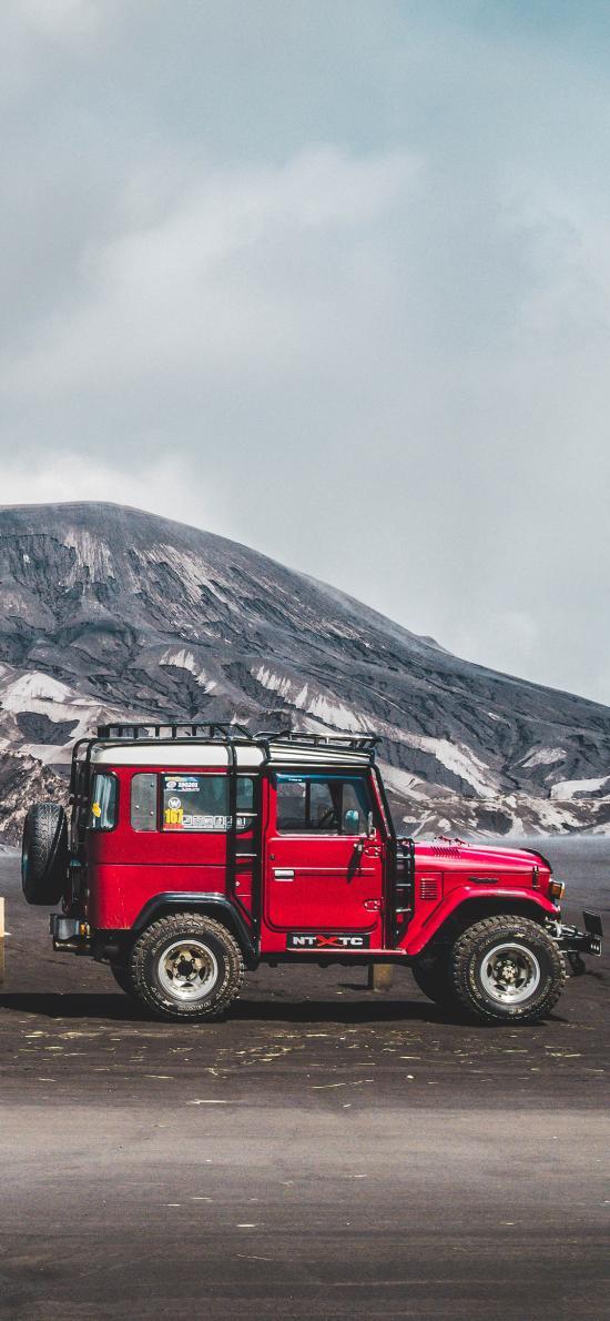 郊外 山峰 越野车 红色