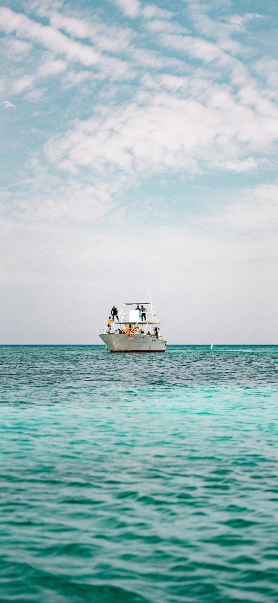 大海 海平面 游船 蓝天 白云