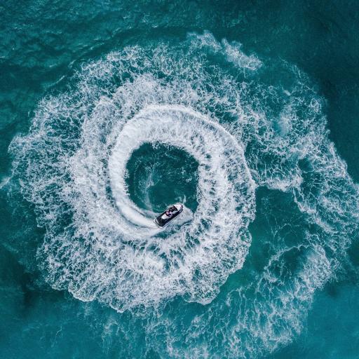 汽艇 海面 旋转 浪花