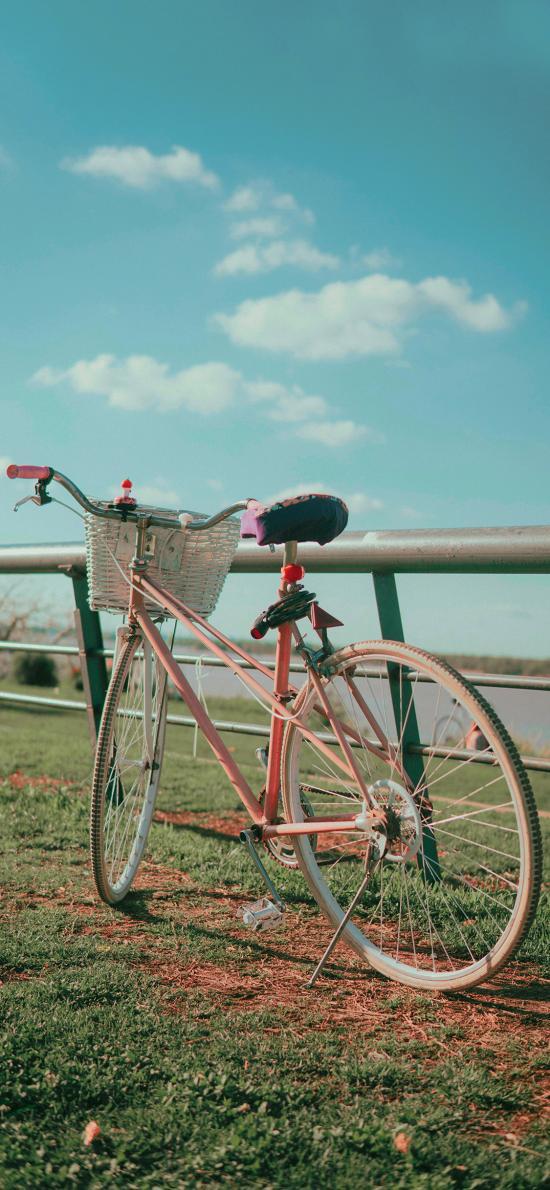 郊区 蓝天白云 草地 自行车