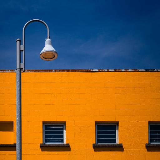 建筑 高楼 黄色砖墙 路灯