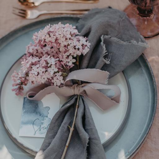 鲜花 盘子 餐桌
