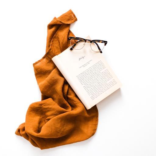静物 围巾 书籍 眼镜