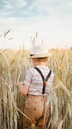 男孩 草丛 户外 背影