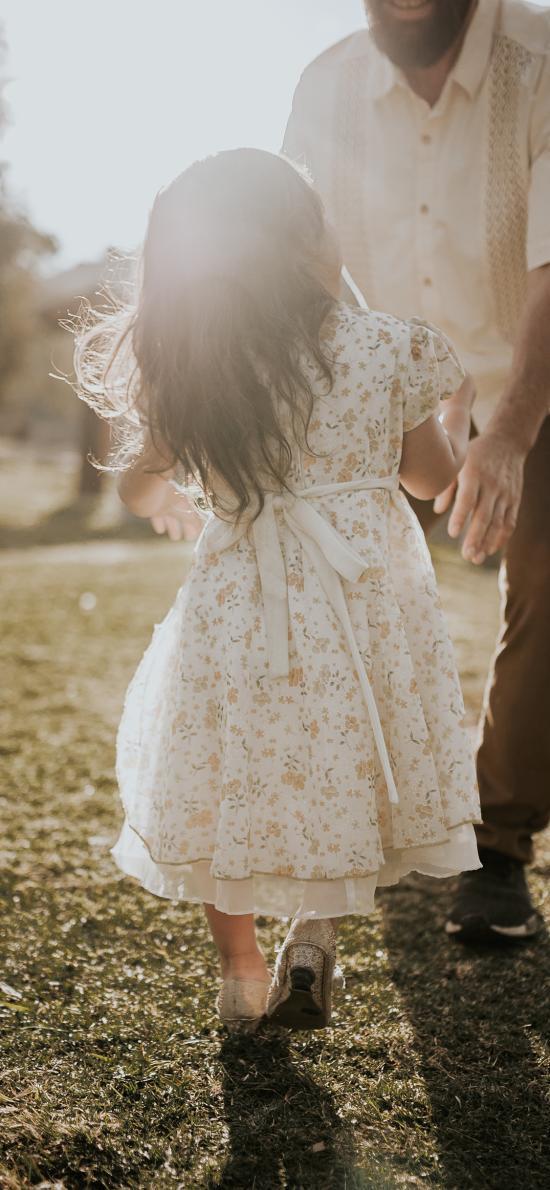 草地 小女孩 裙子 背影 阳光