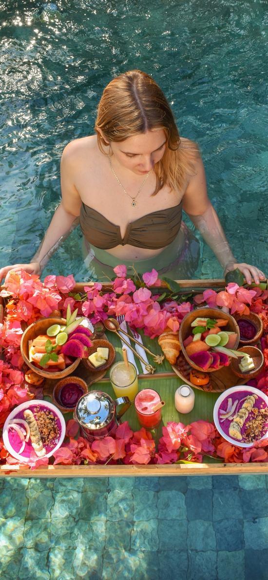 泳池 欧美美女 水果 饮品