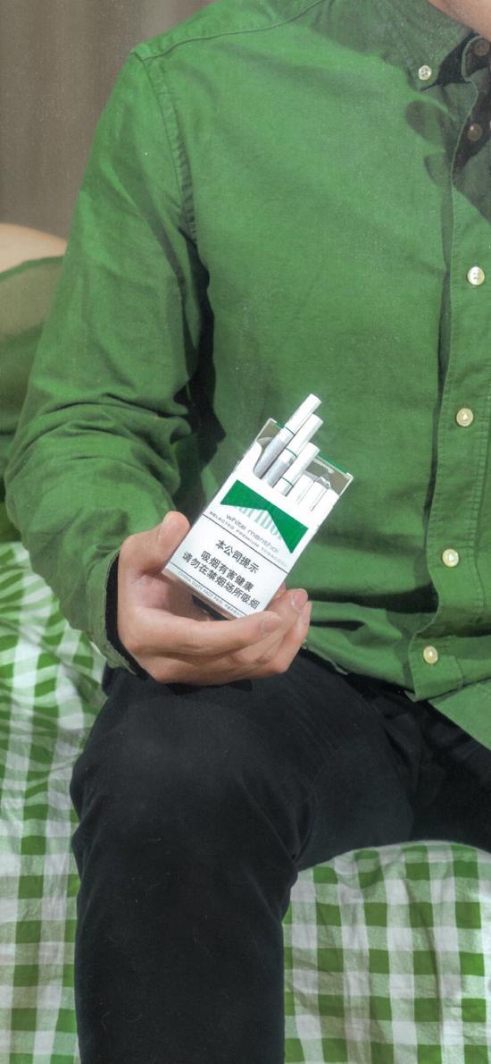绿色 衬衫 格子 香烟 万宝路