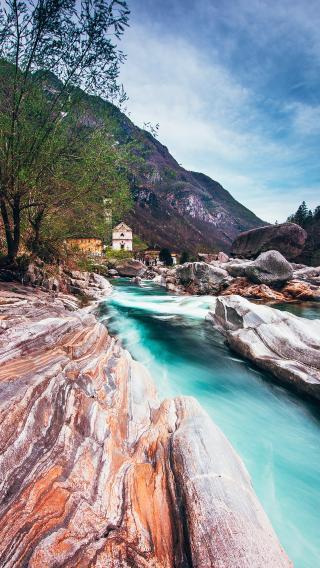 山间 流水 石头 树木 蓝天白云