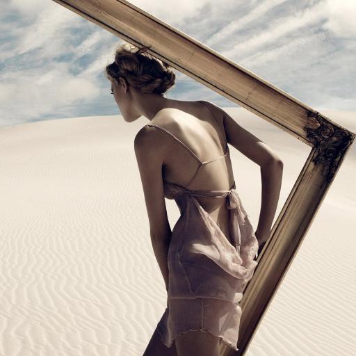 沙漠 美女背影写真