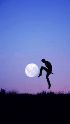 背影 月亮 星球 草丛 黑白