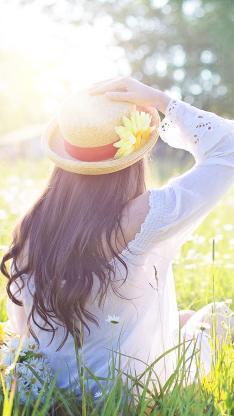 年轻女性 背影 草莓 健康 夏天 雏菊 鲜花 原野 草甸 休闲 草