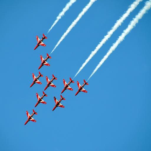 蓝天上的红色飞机