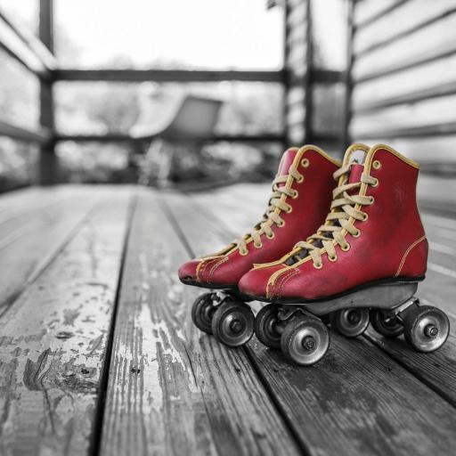 黑白背景 红色轮滑鞋