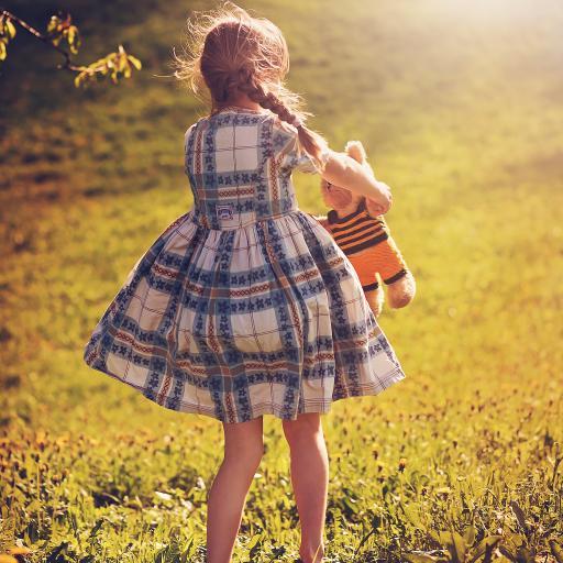 郊外 公仔 穿格子裙的女孩